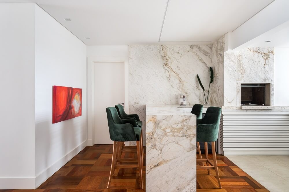 O Mármore Michelangelo Nuvolato confere elegância ao décor. Foto: Eduardo Macarios