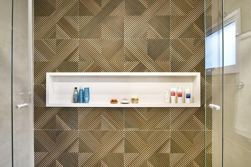 O banheiro do casal tem como grande destaque a área do box com revestimento Tavola Mix, da Portinari. Foto: Sidney Doll