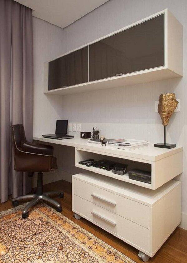 O cantinho para estudar e trabalhar fica muito mais organizado na presença do gaveteiro branco. Projeto de Deborah Basso