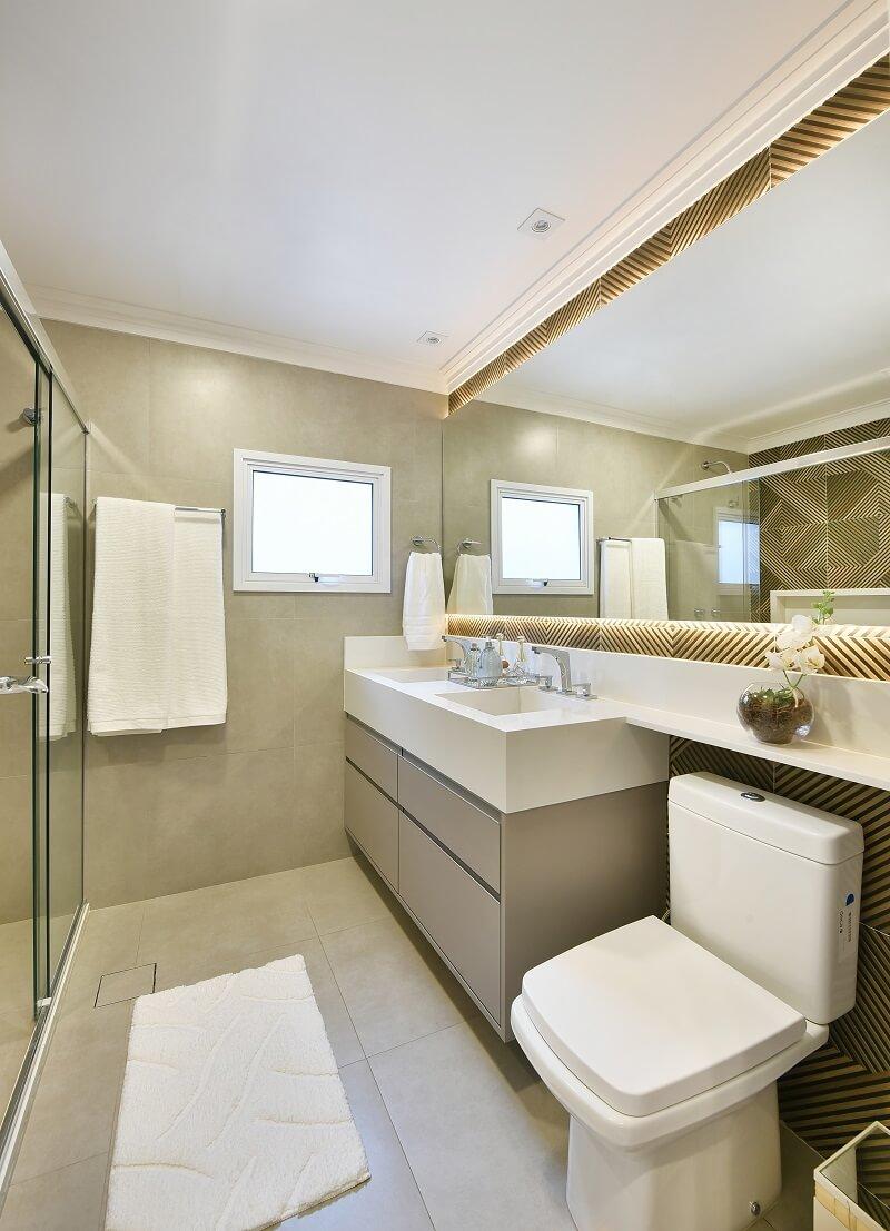O gabinete de banheiro com cuba dupla traz ainda mais conforto ao casal. Foto: Sidney Doll