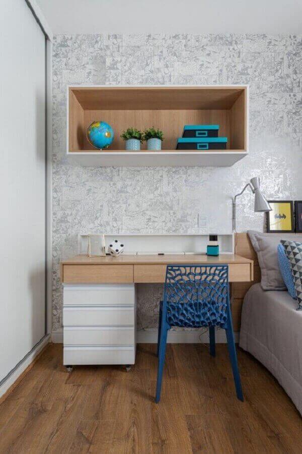 O gaveteiro branco com rodinhas agrega valor para a escrivaninha de madeira. Projeto de Rúbia M. Vieira interiores