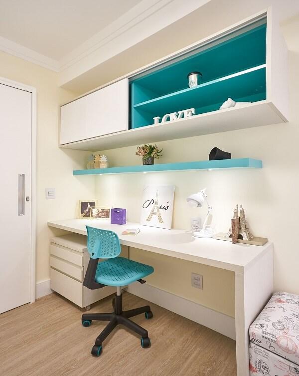 O gaveteiro branco com rodinhas ajuda na organização de itens de papelaria. Projeto de Concept Engenharia + Design Amanda Pagliarini Macedo