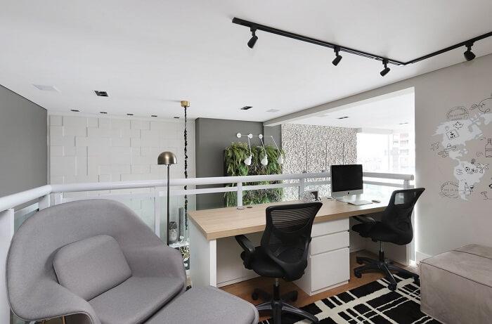 O gaveteiro branco delimita o espaço de cada usuário da escrivaninha. Projeto de Inside Arquitetura e Design