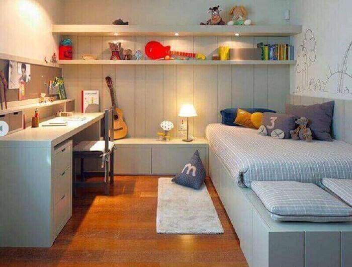 O gaveteiro branco embutido embaixo da escrivaninha ocupa pouco espaço no dormitório. Fonte: We Heart It