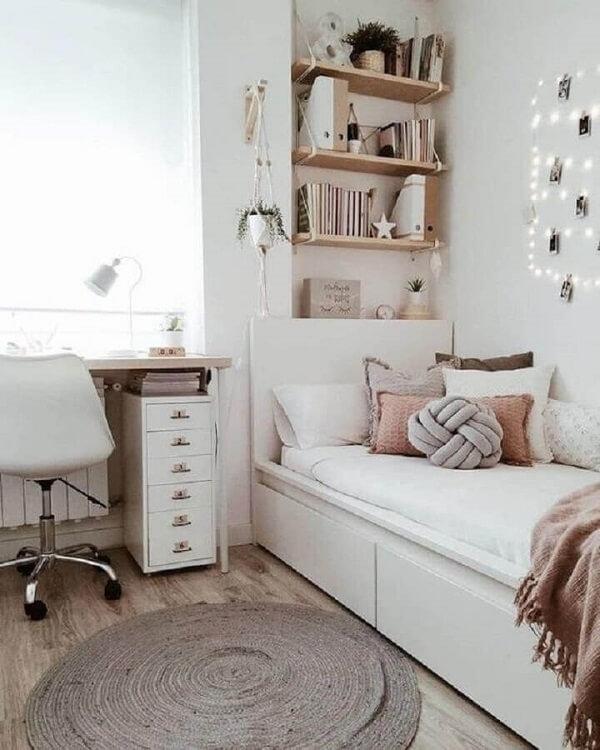 O gaveteiro branco estreito ocupa pouco espaço no quarto. Fonte: Pinterest