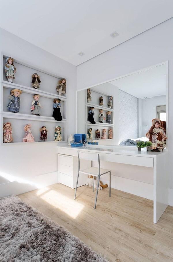 O gaveteiro branco ocupa pouco espaço na decoração de quarto infantil. Projeto de Alex Bonilha