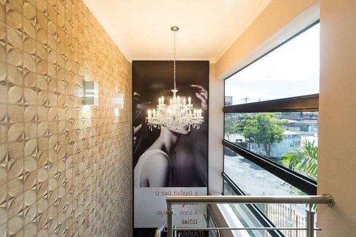 O lustre para escada combina com as arandelas do ambiente. Projeto de SA Engenharia e Arquitetura