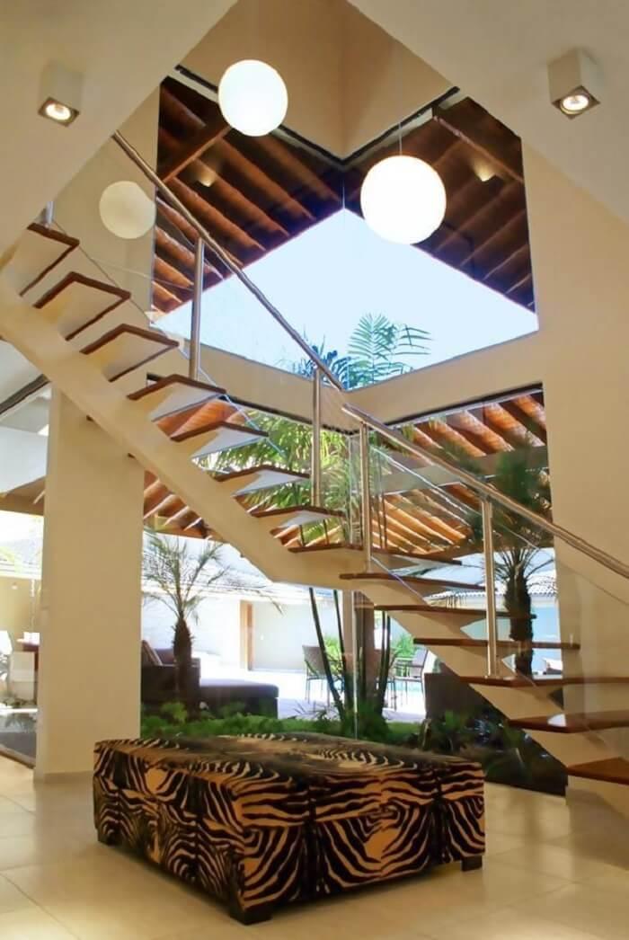 O lustre pendente para escada redondo foi a escolha certa para o projeto. Fonte: Ivanilza de Alencar
