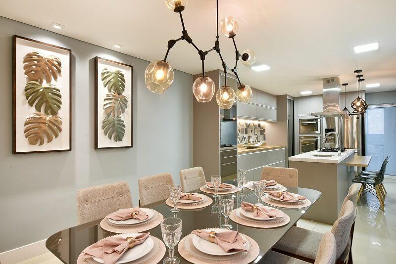 O lustre pendente sobre a mesa de jantar confere um toque charmoso para o décor. Foto: Sidney Doll