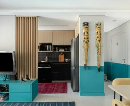 O painel ripado colorido alongou o pé-direito da sala e criou uma textura incrível. Foto: Gisele Rampazzo