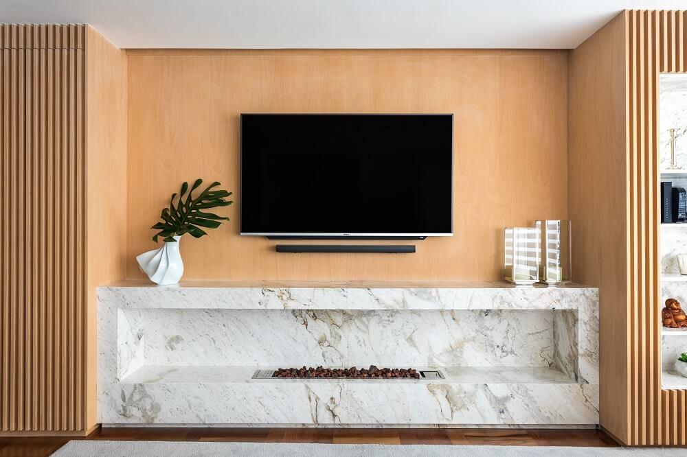 O painel da TV foi projetado em escritório e executado em marcenaria. Foto: Eduardo Macarios