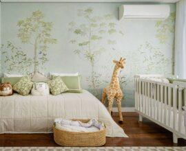 O papel de parede quarto de bebê safári é o grande destaque do ambiente. Projeto de Maraú Design