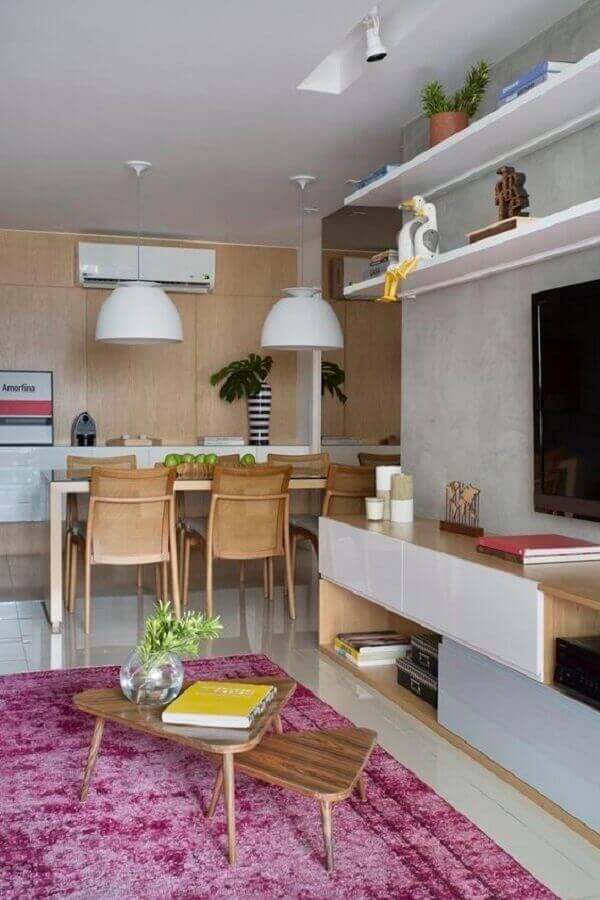 O tapete rosa traz um toque de romantismo para a sala planejada pequena. Fonte: Muito Chique