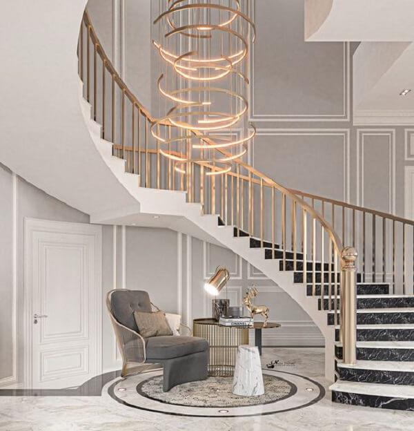 Os arcos do lustre para escada formam uma obra de arte suspensa. Fonte: Pinterest