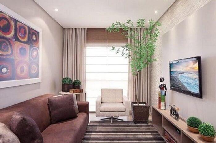 Os vasos de plantas trazem um toque de frescor para a sala de estar planejada pequena. Fonte: Karla Amaral