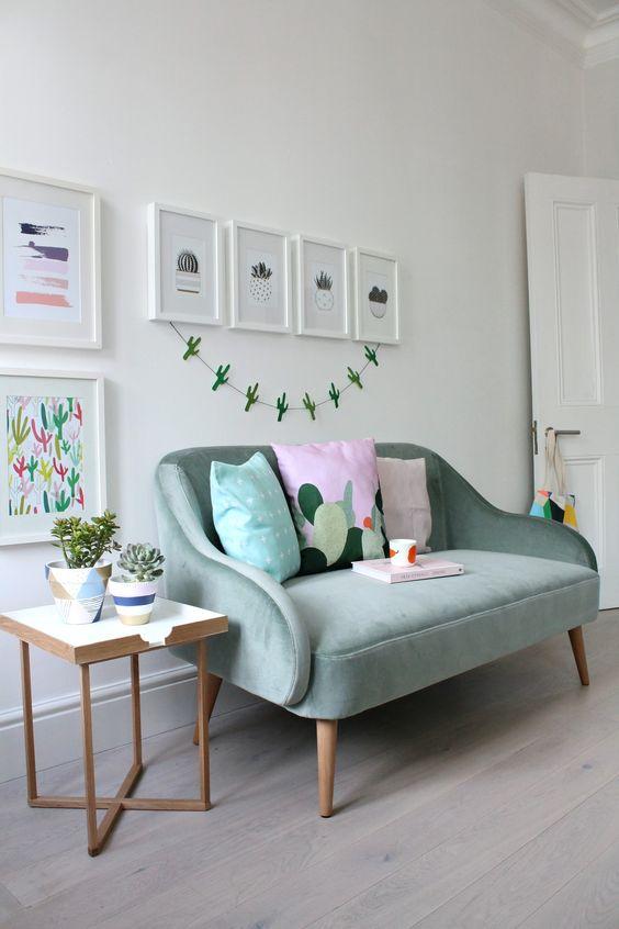 Pé palito para sofá verde claro com decoração clean e minimalista