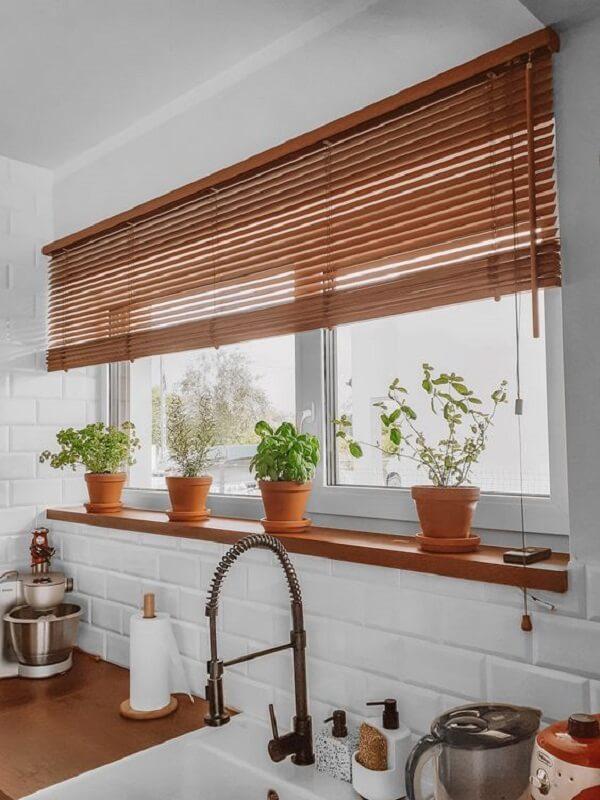 Para as janelas da cozinha, invista em uma persiana de madeira. Fonte: Pinterest