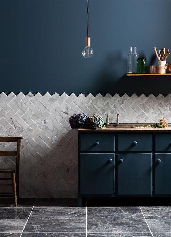 Parede com rodameio de granito e parede azul marinho