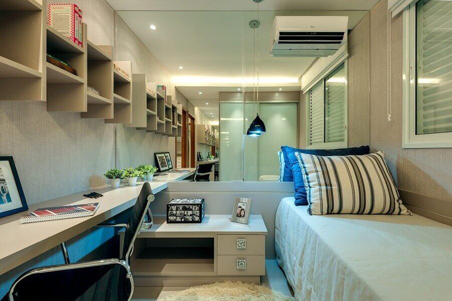 44. Parede espelhada para decoração de quarto masculino pequeno planejado com escrivaninha suspensa Foto HF Engenharia Premium
