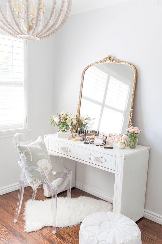 Penteadeira vintage e delicada com cadeira transparente na decoração