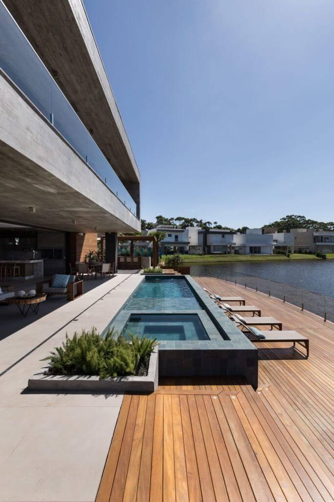 Piscinas modernas com deck de madeira