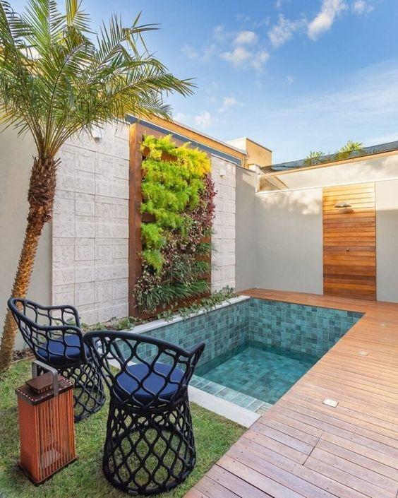 Piscinas pequenas e modernas no quintal ficam lindas com muros de plantas