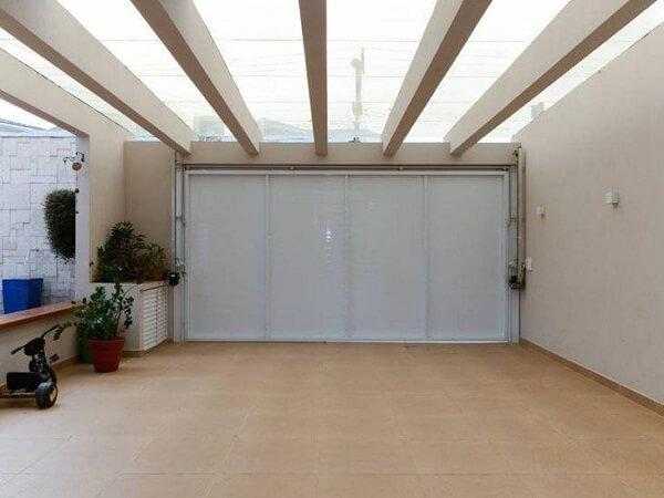 Piso cerâmica para garagem coberta na cor bege com portão branco