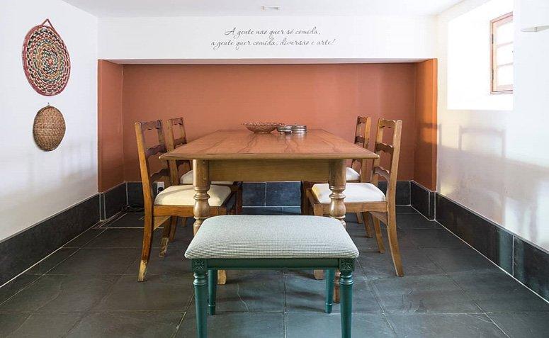 Piso de ardósia preta para sala de jantar rústica e com parede setorizada terracota