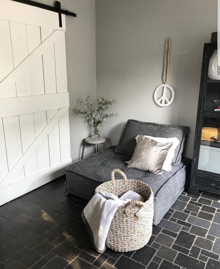 Piso de lajota ardósia preta e poltrona cinza na decoração moderna
