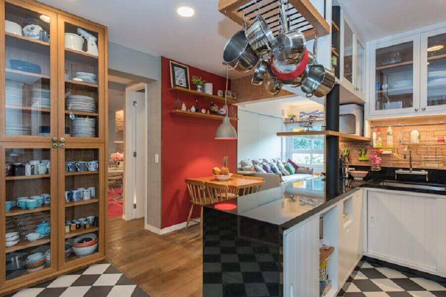 Piso preto e branco xadrez para cozinha planejada de canto decorada com cristaleira de madeira  Foto Homify