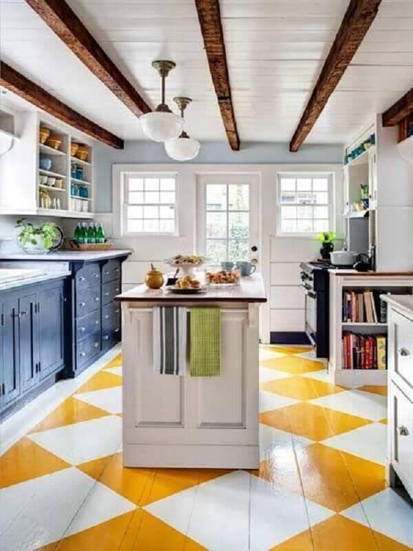 Piso xadrez branco e amarelo para cozinha clássica decorada com ilha Foto Archidea