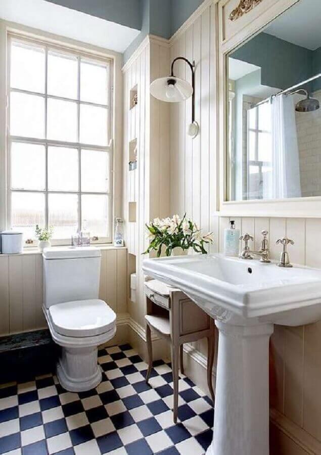 Piso xadrez para banheiro clássico decorado com luminária de parede Foto Home Fashion Trend