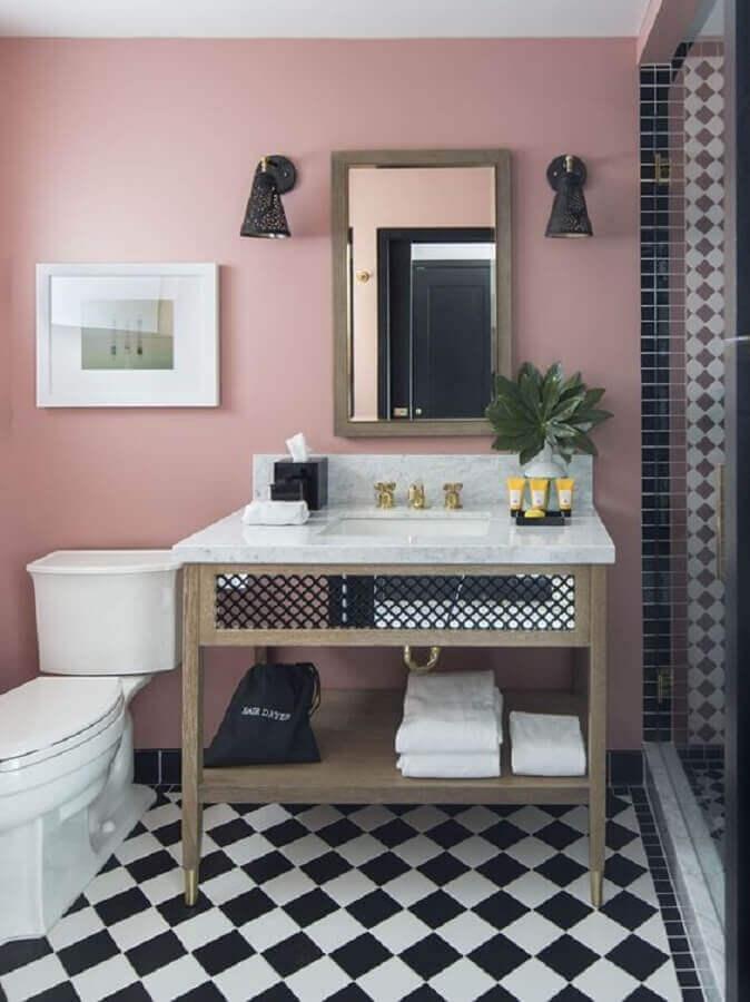 Piso xadrez para banheiro decorado com parede rosa Foto Lepsie Byvanie