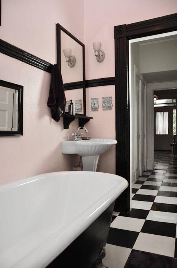Piso xadrez para banheiro decorado com parede rosa e banheira de imersão Foto QPDesign