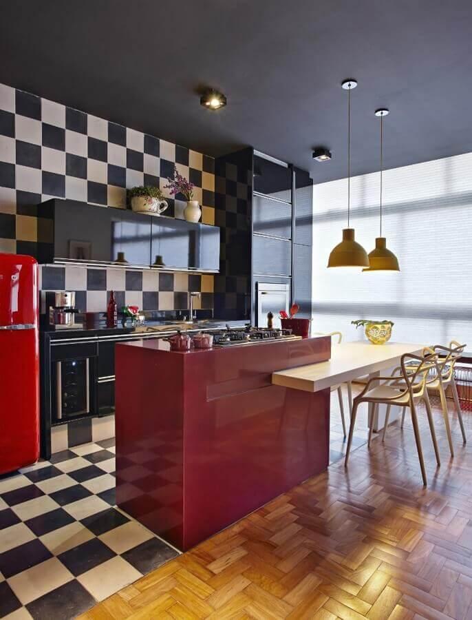 Piso xadrez para cozinha gourmet decorada com ilha vermelha e mesa de madeira Foto Gislene Lopes