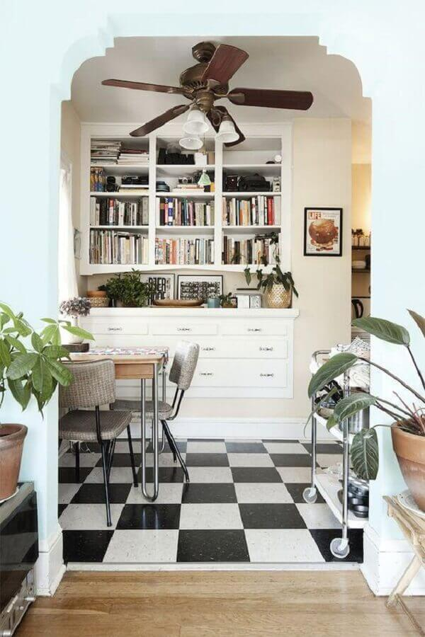 Piso xadrez para decoração de sala de jantar pequena com estante planejada para livros Foto Jaclyn Campanaro Photography