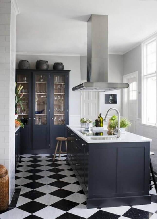 Piso xadrez para decoração de cozinha preta clássica com ilha Foto Maison & Travaux