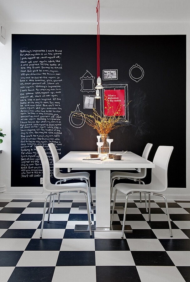 Piso xadrez para sala de jantar decorada com parede de tinta lousa Foto Lepsie Byvanie