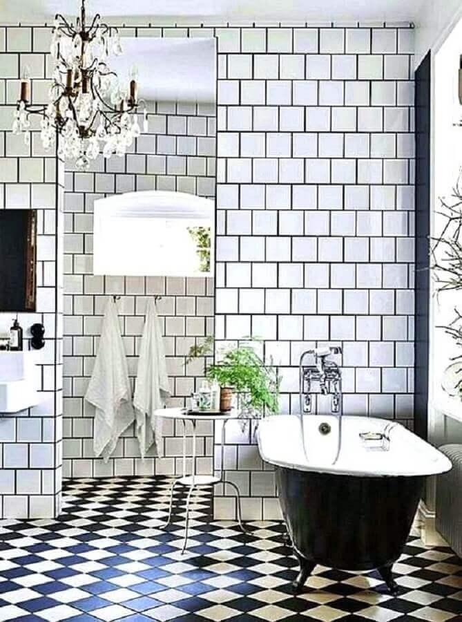 Piso xadrez preto e branco para banheiro clássico decorado com banheira de imersão Foto Remodelista