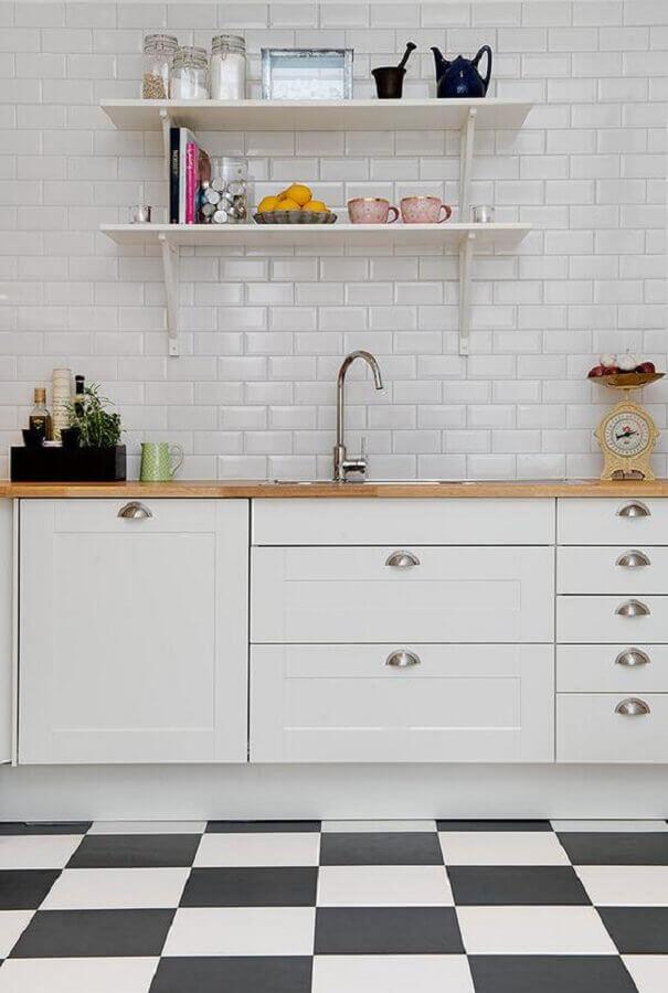 Piso xadrez preto e branco para decoração de cozinha planejada com bancada de madeira e metro white Foto Decor Facil