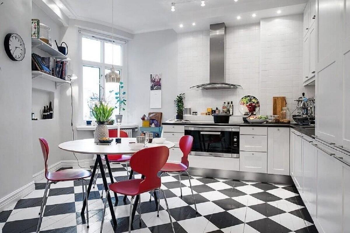 Piso xadrez preto e branco para decoração de cozinha com mesa redonda e cadeiras vermelhas Foto Jurnal de Designi Interior