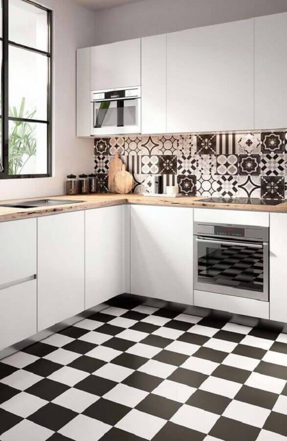 Piso xadrez preto e branco para decoração de cozinha de canto planejada com bancada de madeira Foto Decor Fácil