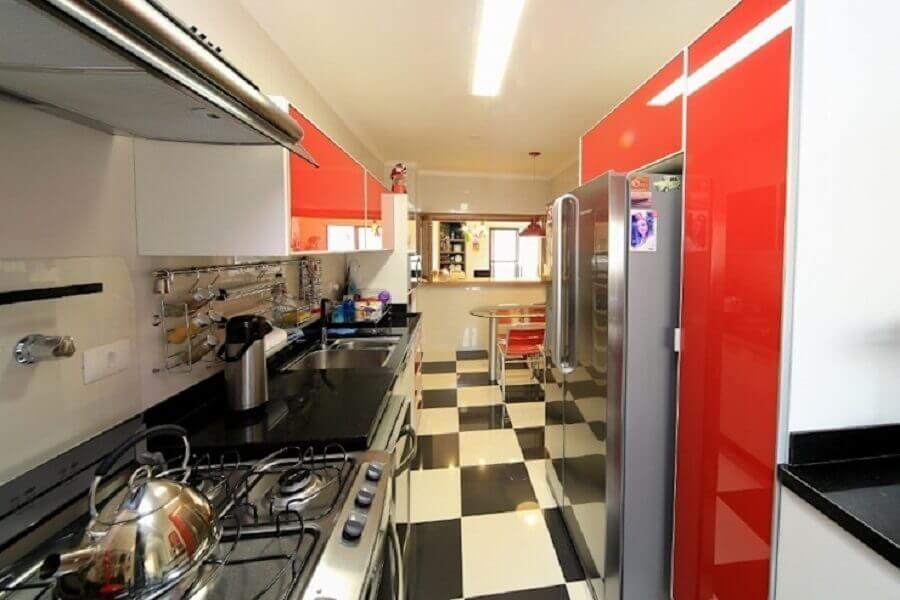 Piso xadrez preto e branco para decoracao de cozinha pequena com armarios vermelhos Foto Item 6 Arquitetura e Paisagismo