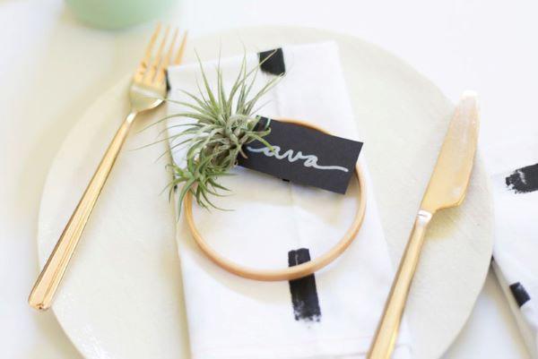 Plantas aéreas na decoração da mesa de jantar moderna e delicada