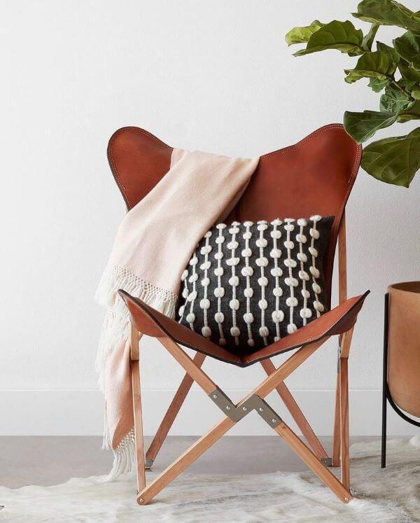 Poltrona butterfly com estrutura de madeira e almofada criativa