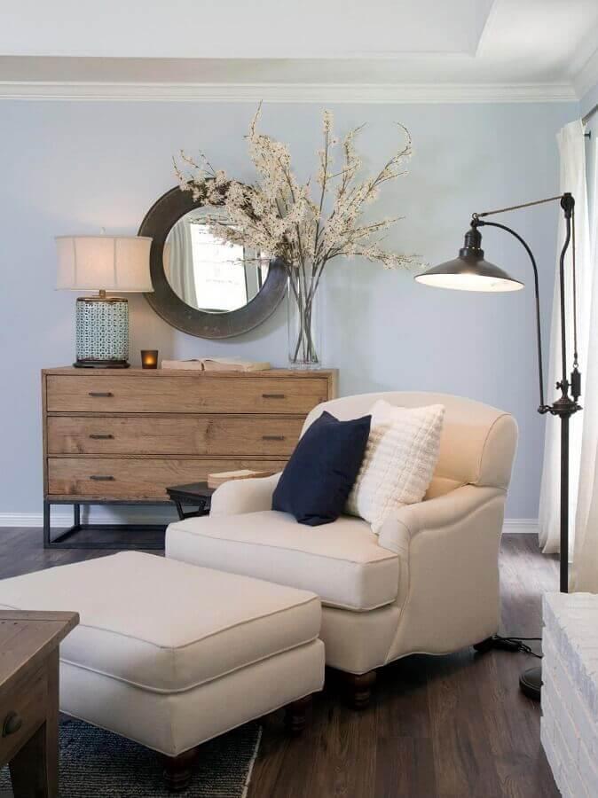 Poltrona confortável com puff para decoração de cantinho de leitura com abajur de chão  Foto Futurist Architecture