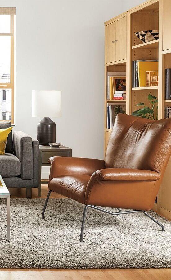 Poltrona confortável de couro para decoração de sala com estante de madeira e sofá cinza Foto Room & Board