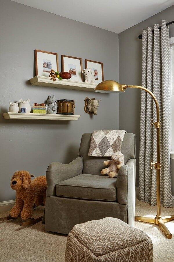 Poltrona confortável para quarto cinza decorado com luminária dourada de chão  Foto Houzz