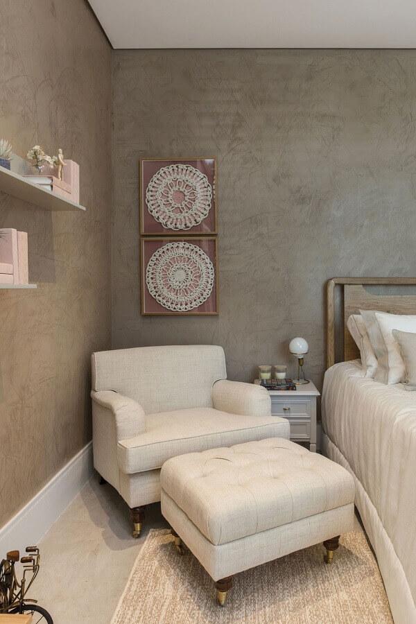 Poltrona confortável para quarto de casal decorado com parede de cimento queimado Foto Quartos Etc