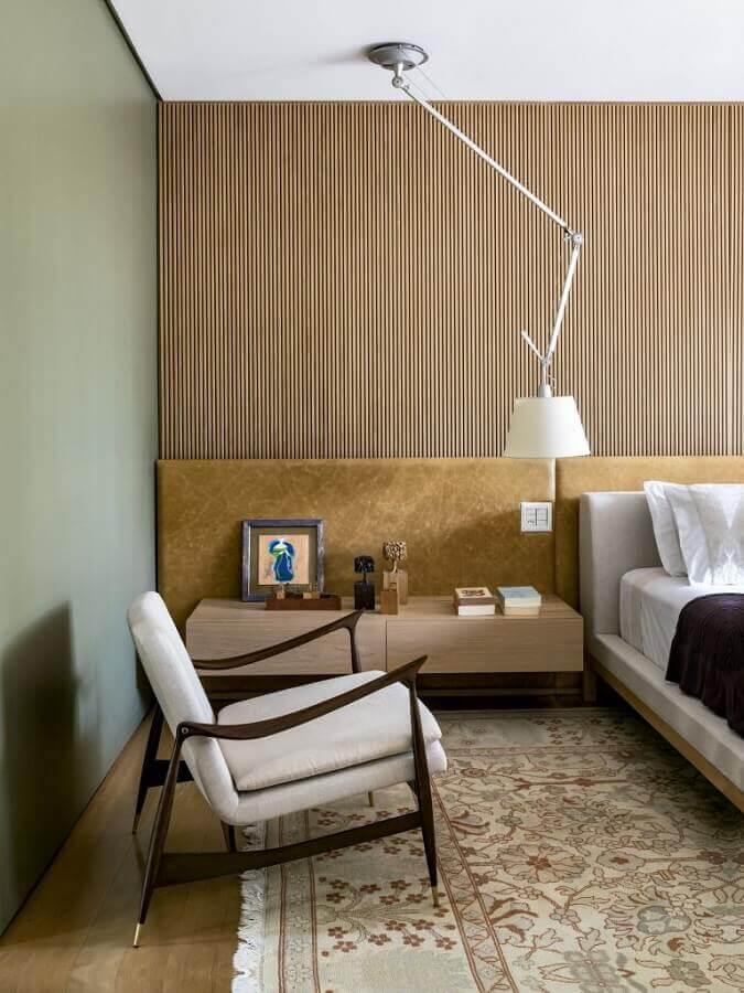 Poltrona confortável para quarto de casal decorado em cores neutras Foto Pinterest